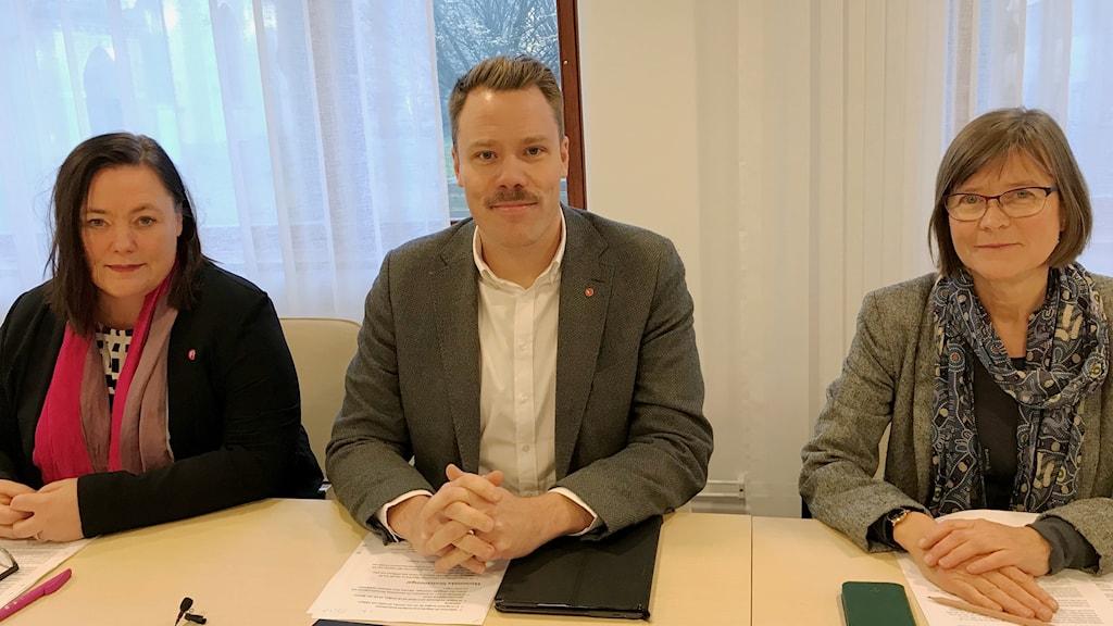 Stina Svensson (Fi), Daniel Bernmar (V) och  Karin Pleijel (MP) håller pressträff