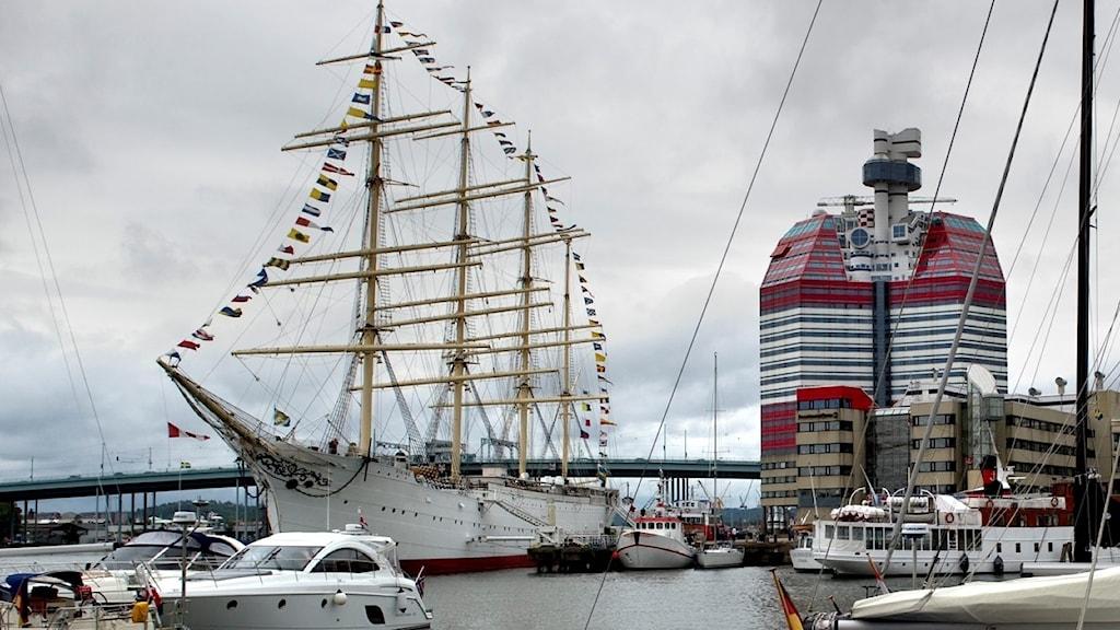 Båtar ligger i Lilla bommens gästhamn. I bakgrunden syns Barken Viking.