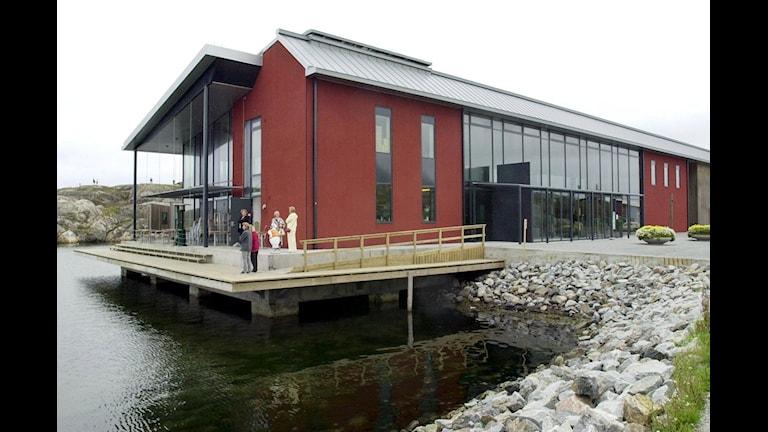 Skärhamn, det nordiska akvarellmuséet blir årets museum. Röd byggnad med stora glasfönster vid vattenvik. Foto: Linda Malm/BLR-Fotograferna/SCANPIX