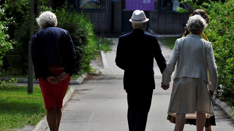 Pensionärer på promenad
