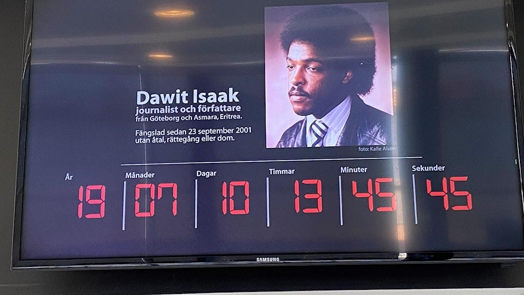 En digital tavla med bild på Dawit Isaak