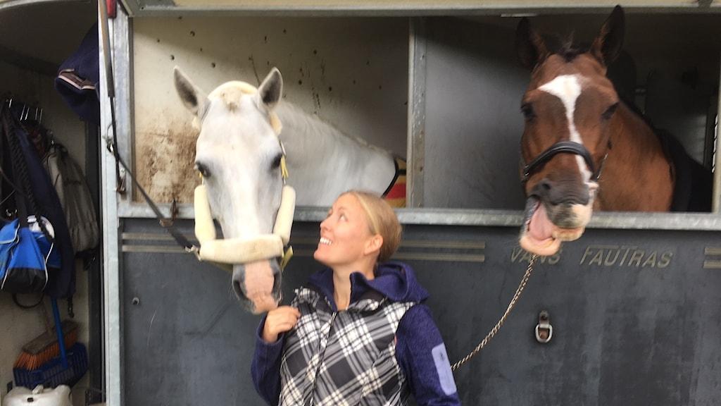 Ryttaren Åsa Cidh med två hästar