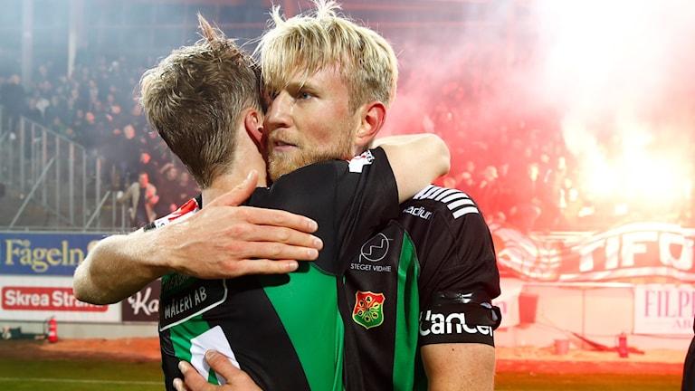 Gais Carl Nyström kramar om Marcus Bergholtz efter lördagens seger mot Falkenberg. Foto Thomas Johansson/TT
