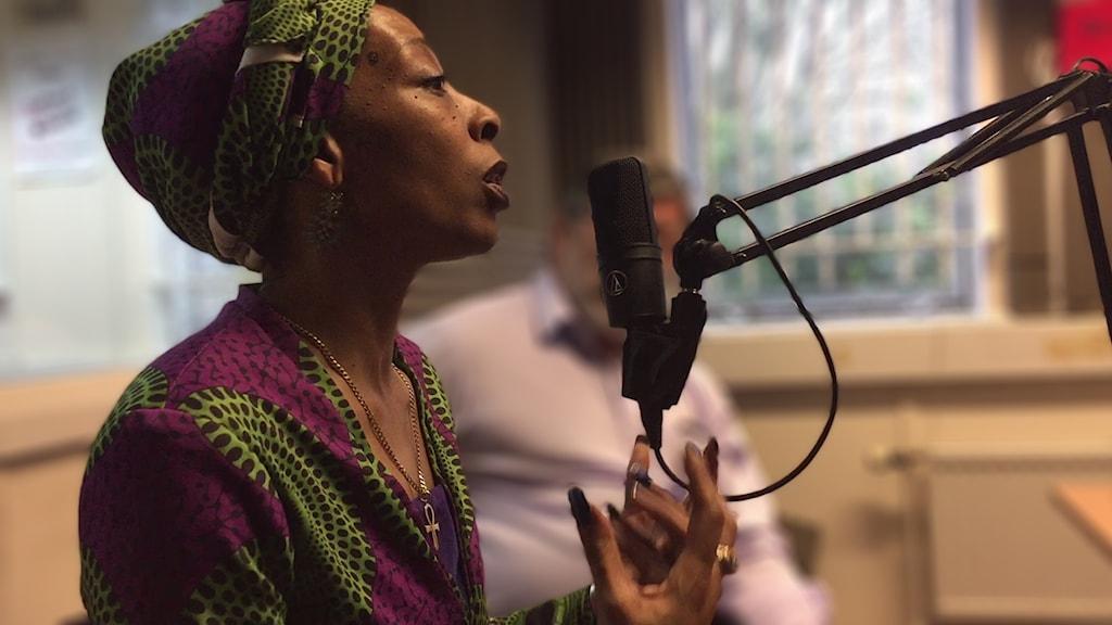 Erinma Bell i en radiostudio där hon intervjuas.