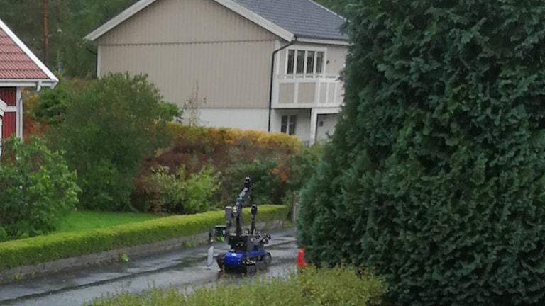 Bombrobot kör på gatan