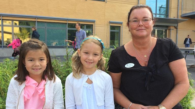 skolstart idag, Fanny Svanström, Emily Beducci och läraren Lotta van der Hark på Taubeskolan.