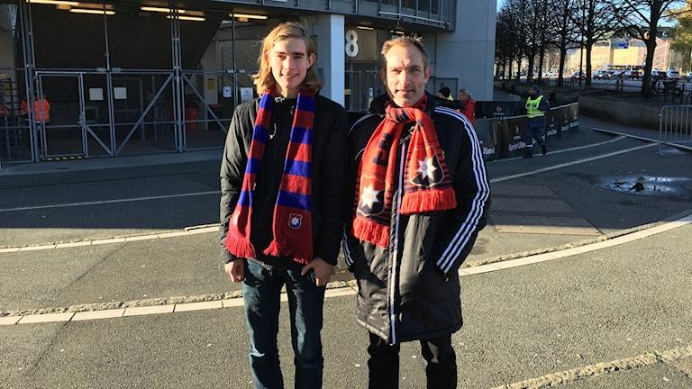 David Östlund med sin inbitne ÖISare till pappa , Anders Östlund , i väntan på ödesmatchen