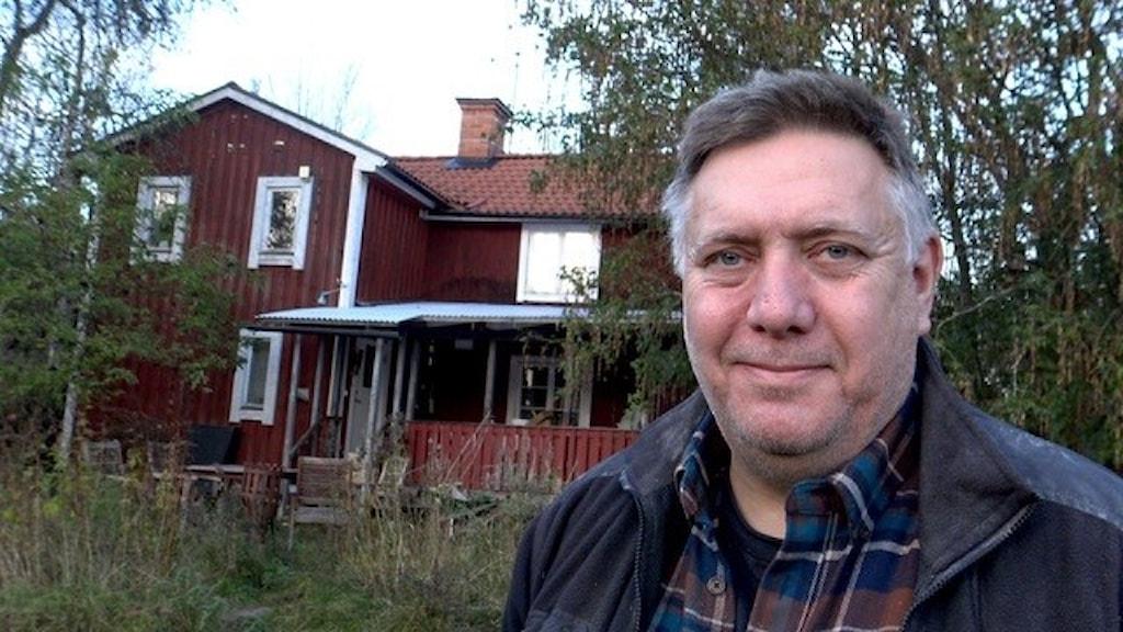 Anders Möller utanför sin gård