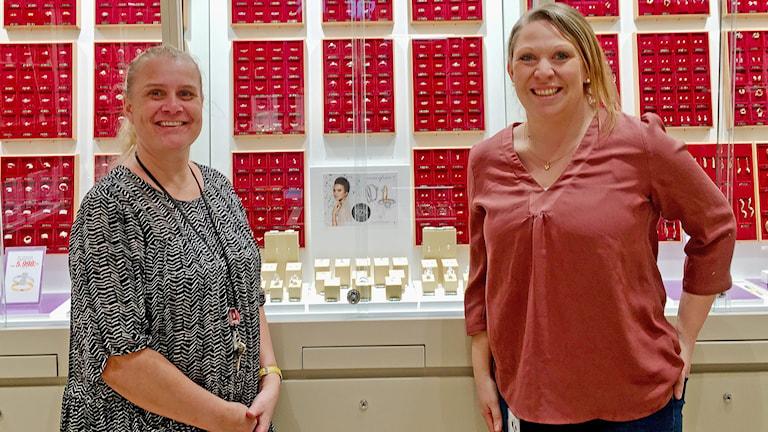 två kvinnor i en smyckesbutik.