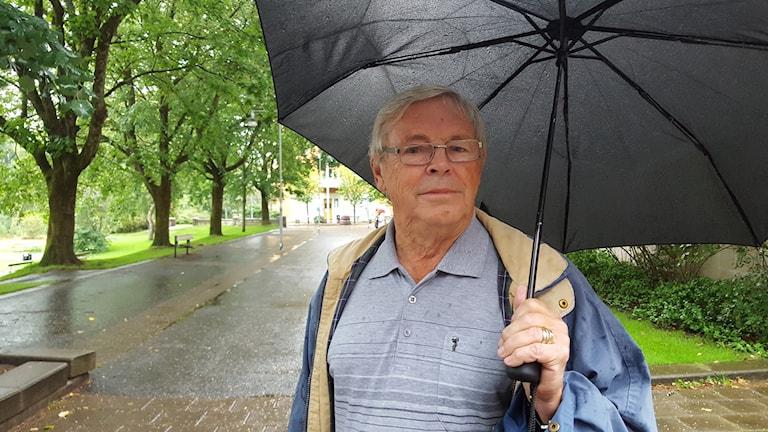 Ralph Kjellgren utanför bostaden i Högsbo.