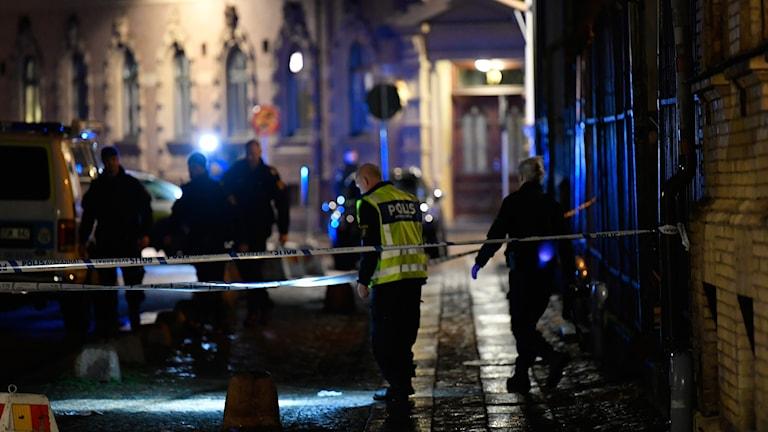 Polis och avspärrningar utanför synagogan i centrala Göteborg.
