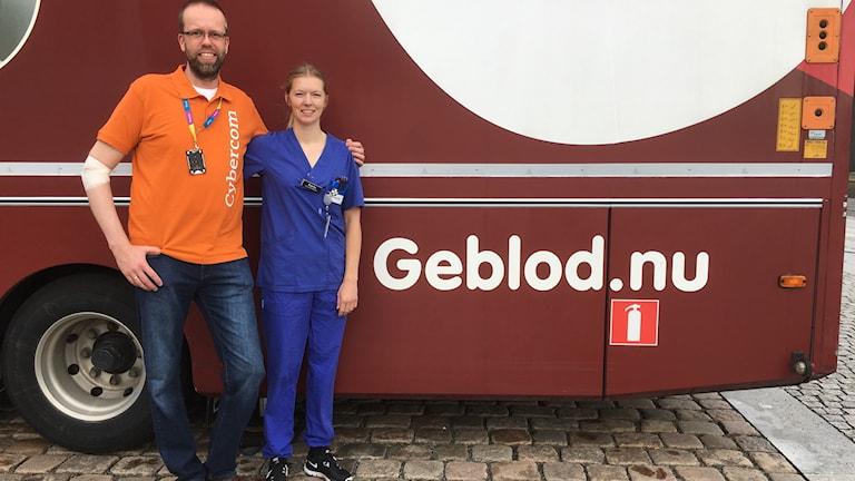 Blodgivaren Lennart Ekberg och sjuksköterskan Karin Erestam framför blodmobilen.