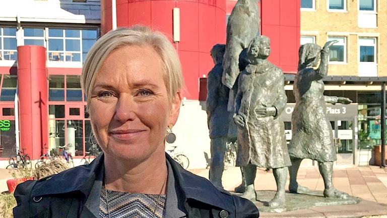 En blond kvinna på Järntorget