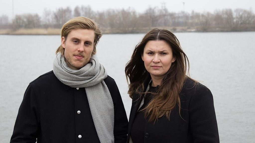 Simon Rissvik och Josipa Kesic står bredvid varandra med vatten bakom sig.