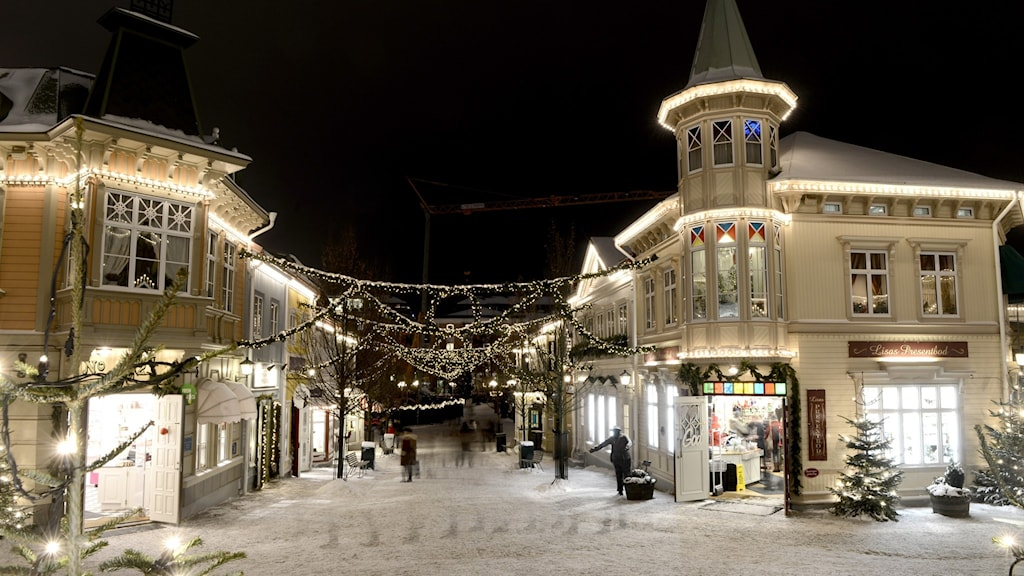 Ljus på hus i vinterlandskap