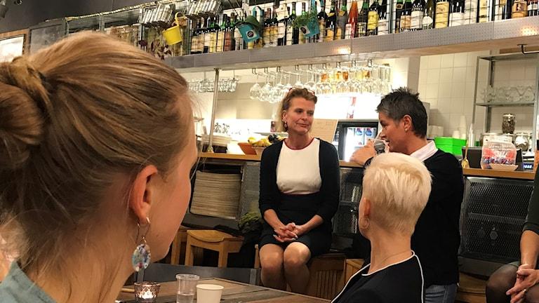 Jämställdhetsminister Åsa Regnér diskuterar på Blå Stället