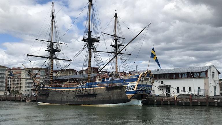 Ett segelfartyg i trä ligger intill en kaj.