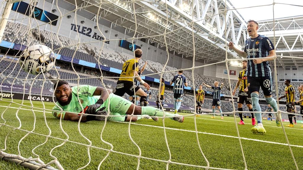 Häckens målvakt Jonathan Ursin Rasheed släpper in Djurgårdens tredje mål (av Erik Berg #21) under lördagens fotbollsmatch i allsvenskan mellan Djurgårdens IF och BK Häcken på Tele2 Arena.