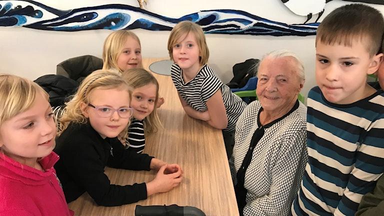 Eva Malm omringad av nyfikna elever