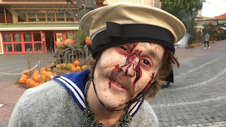 En man med blodig näsa