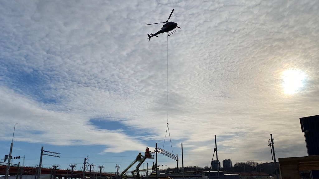 Helikopter över järnvägsområde