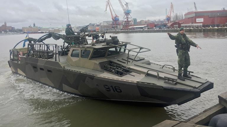 militärer ombord på en båt.
