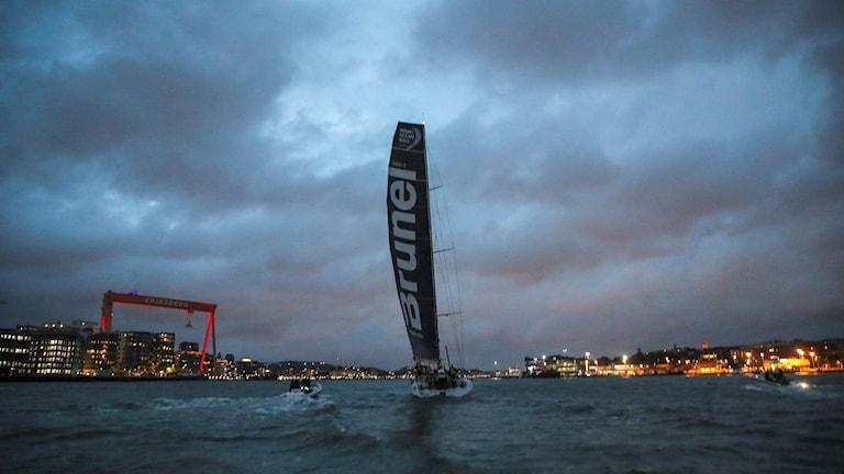 En segelbåt seglar in i Göteborg.