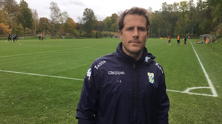 Tobias Hysén framför Kamratgårdens ena träningsplan.