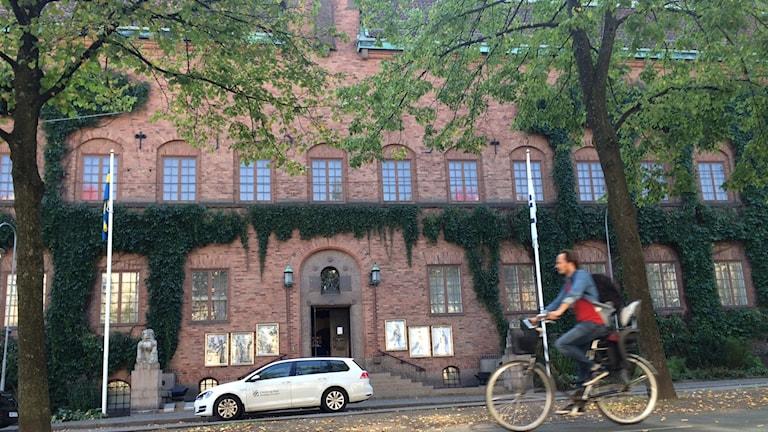 museum och cykel i förgrund