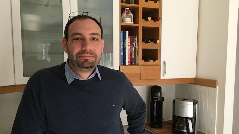 Theo Papaioannou står i ett kök.