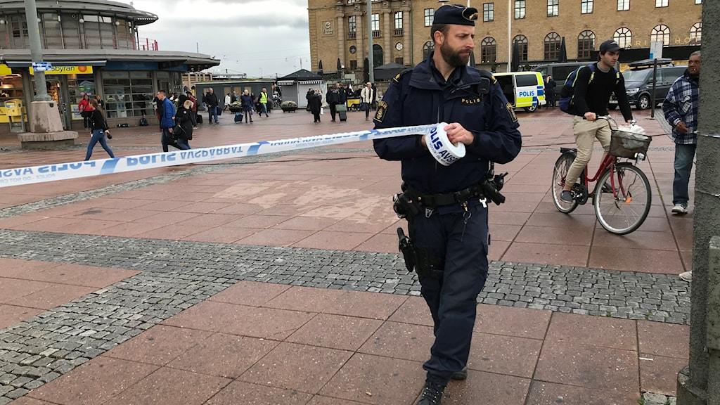 En polis spärrar av med platsband.