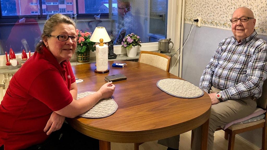 Marie Falk, vårdbiträde inom hemtjänsten hemma hos Werner Ström.