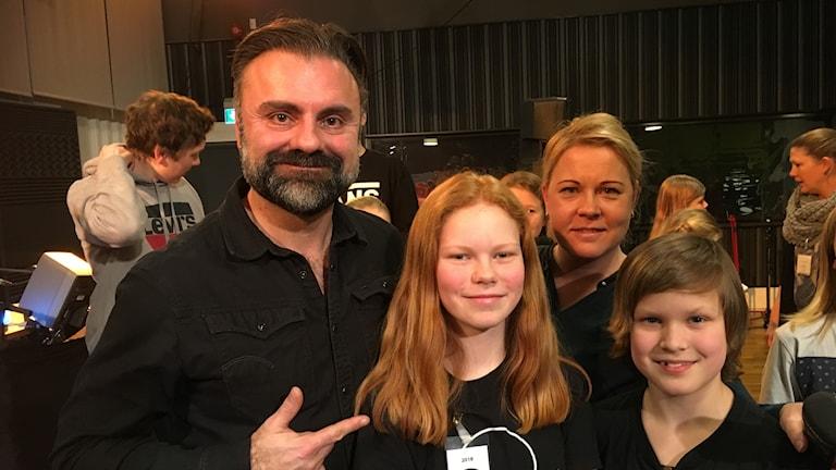 Domaren Teddy Paunkoski, programledaren Linn Ohlsson samt dom tävlande:  Thea Rosander och Anton Rosenthal.