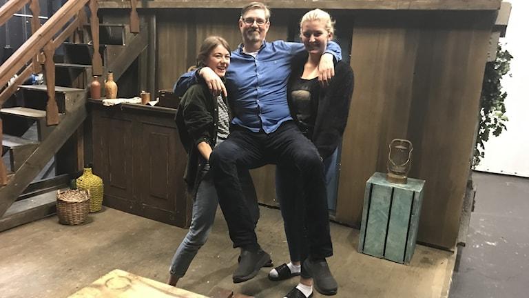 Ina Berglund och Johanna Jodaa elever lyfter upp teaterläraren Bo Widell