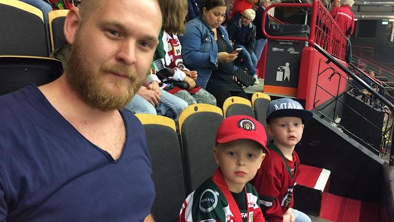 Daniel Claesson, Loui Eriksson och Silas Eriksson på läktaren.