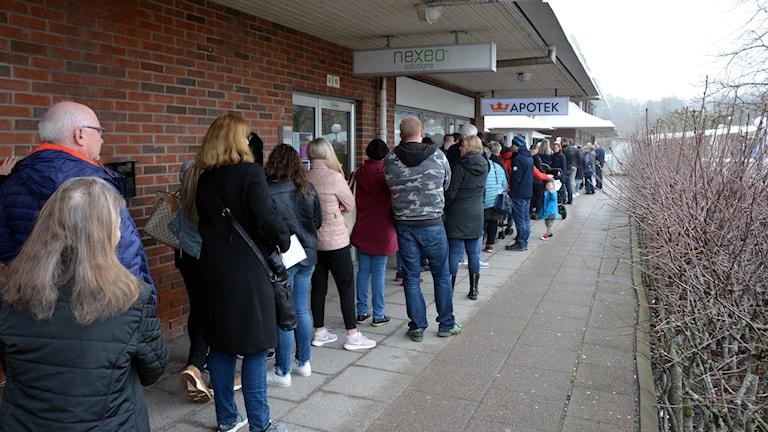 Lång kö i Stenungsund för att beställa pass