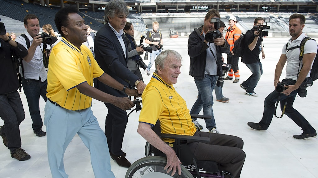 Två fotbollslegandarer - Pelé hjälper Agne Simonsson med rullstolen