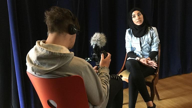 Aicha Al-Sehli berättar här om rödluvan för Göthenburgos kamera