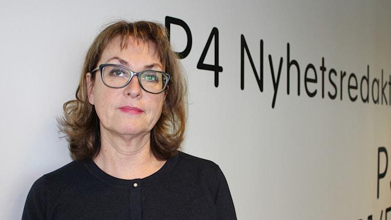 Närbild på kvinna med glasögon