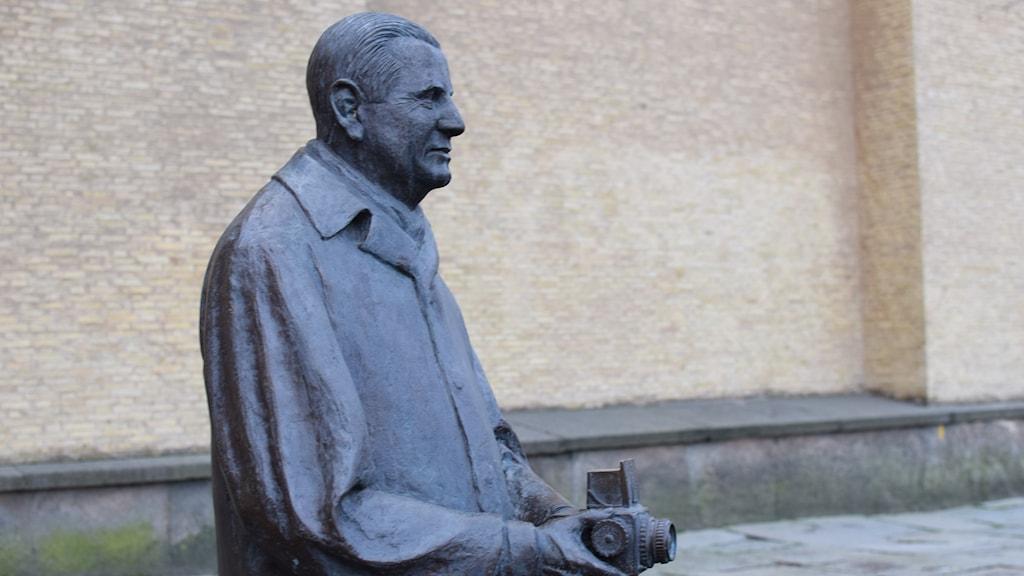 Victor Hasselblad (1906-78) står staty på Götaplatsen sedan 2006
