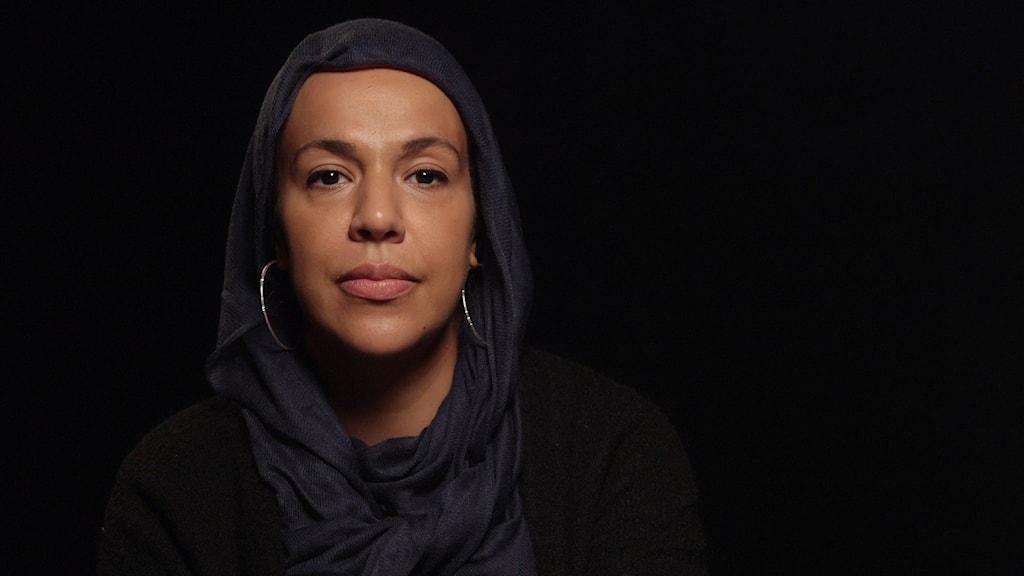 En mörkhårig kvinna