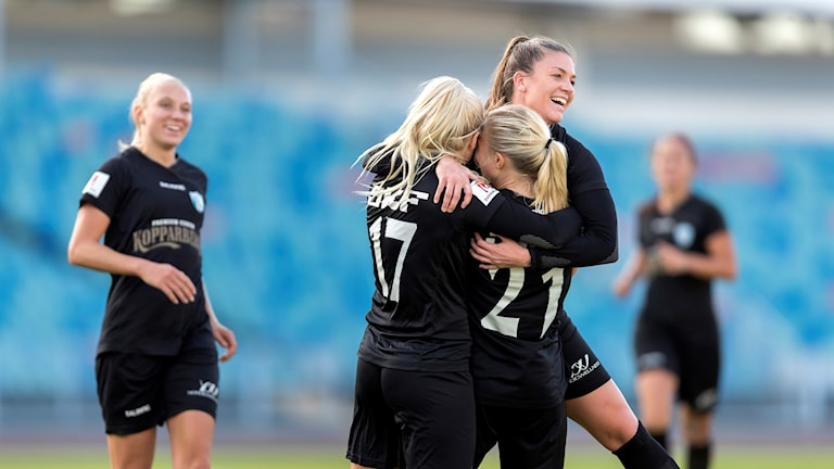 Rebecka Blomqvist har gjort 5-1 under söndagens allsvenska fotbollsmatch mellan Kopparberg/Göteborg FC och IFK Kalmar på Ullevi, hon kramas om av nr 17 Amanda Johnsson Haahr och Pauline Hammarlund