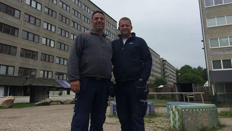 Två män på en grå parkyta