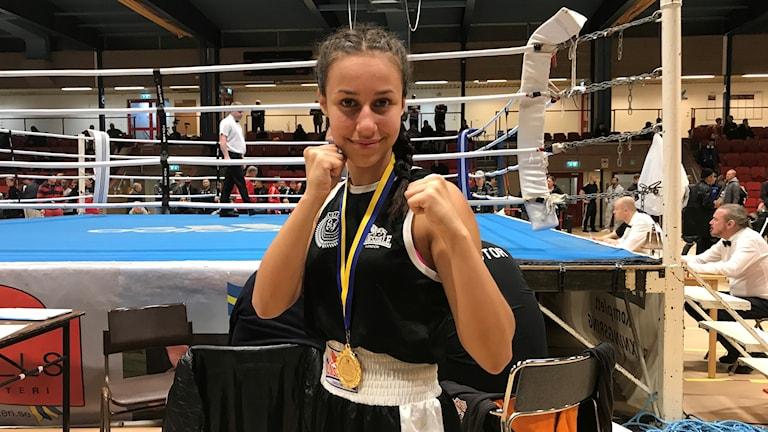 Alicia Goncalves poserar efter segern