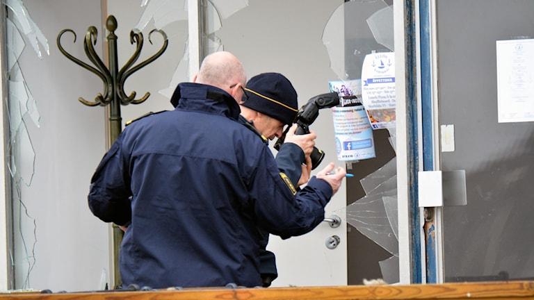 Tekniker jobbar efter explosion i restaurang Ellös.