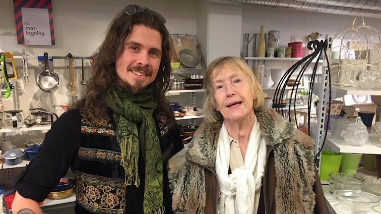 Loppis-kunderna Linus Johansson och Ann Svedberg söker gamla kvalitativa saker.