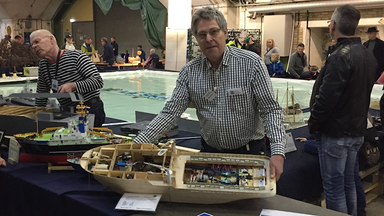 Göran Bengtsson visar upp sitt senaste modellbygge