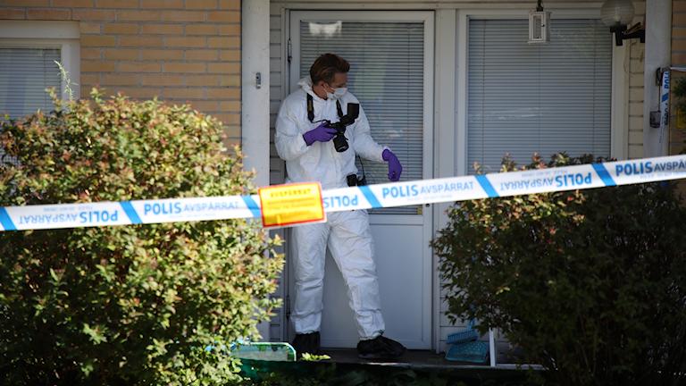 Polistekniker på plats där tre personer, en kvinna och två barn har hittats döda i en lägenhet i Frölunda i Göteborg, uppger polisen.