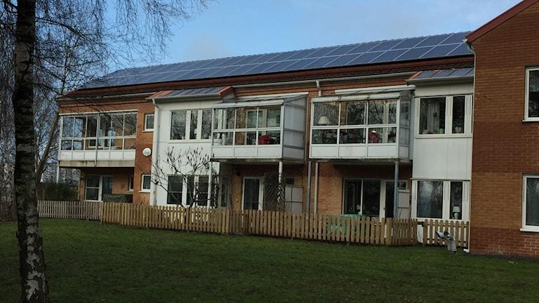 Solceller på tak kommer att bli en allt vanligare syn. Här tvåvånings tegelhu på Förlunda kyrkogata.