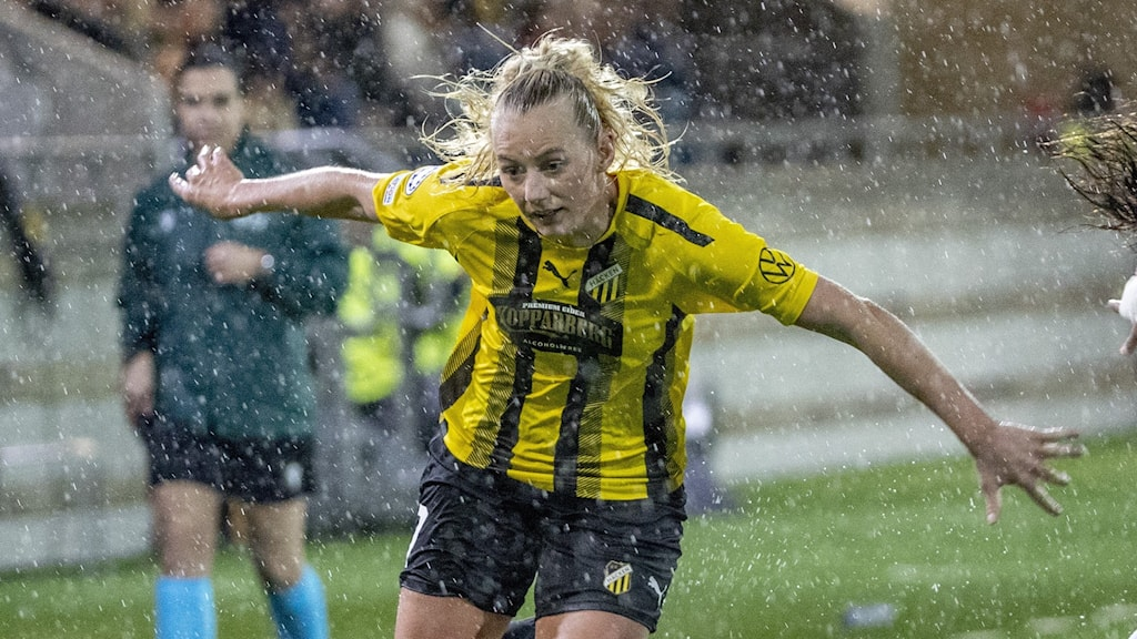 Kvinnlig fotbollsspelare i aktion.